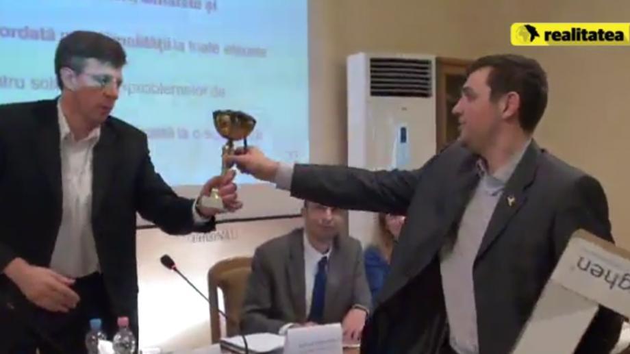 (foto) Dorin Chirtoacă a primit din partea consilierilor PSRM o cupă plină cu noroi