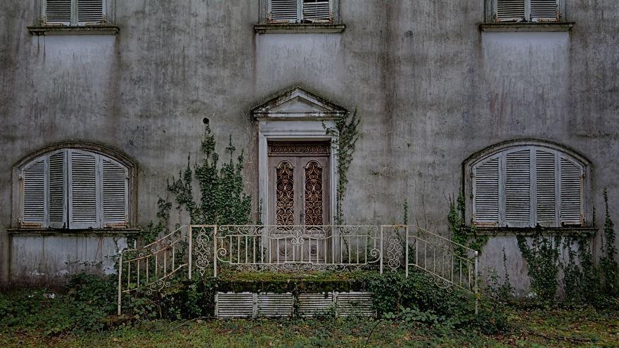 (foto) Imagini fermecătoare ale unei vile italiene cândva plină de farmec, astăzi abandonată