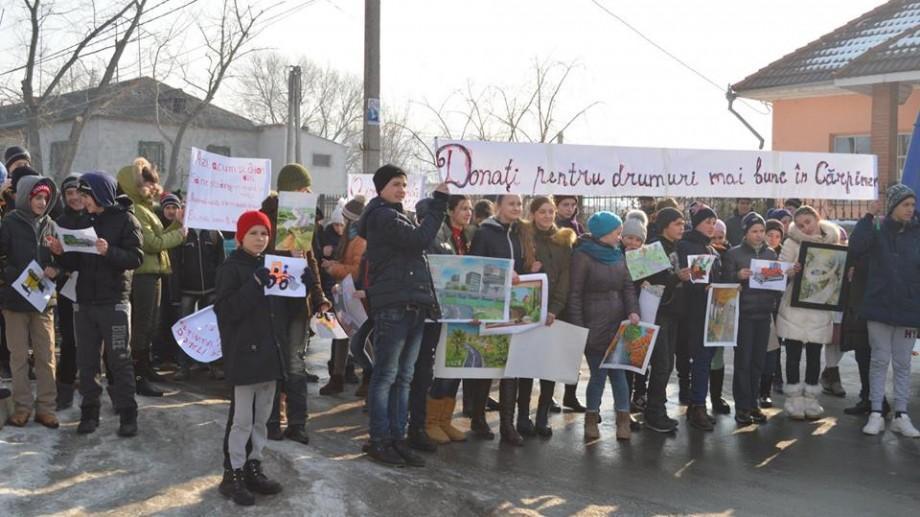 (foto) Elevii din Cărpineni îndeamnă băștinașii să doneze pentru drumuri mai bune