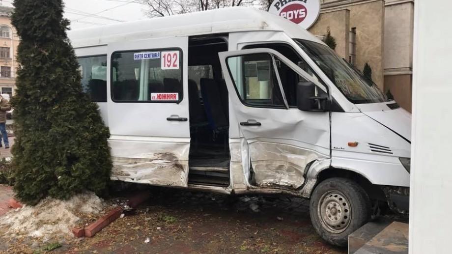 (foto) Un microbuz a intrat într-un restaurant din centrul Chișinăului