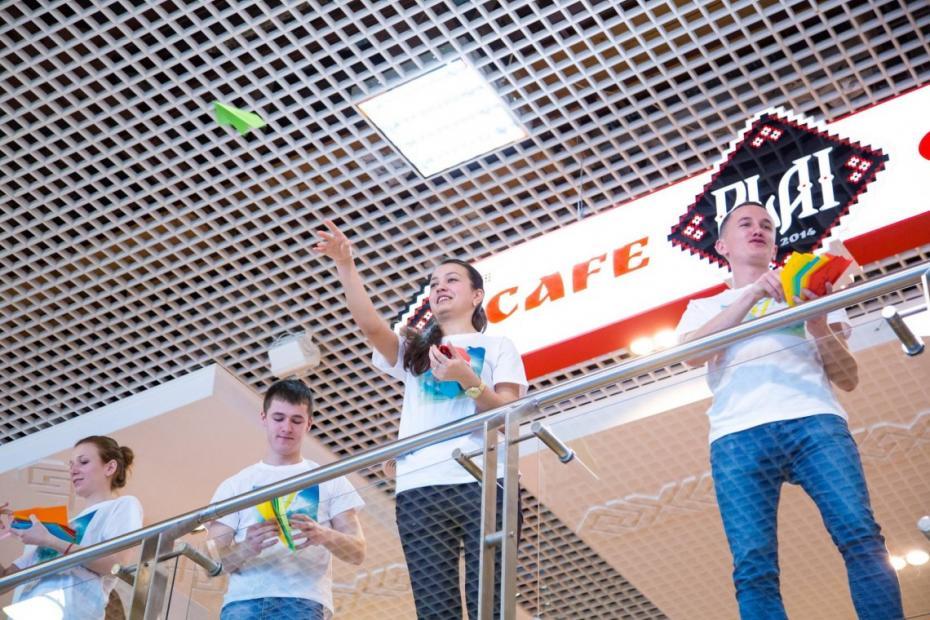 (foto) Flashmob la Aeroport. Un grup de copii au lansat avioane cu mesaje pentru părinții care pleacă peste hotare