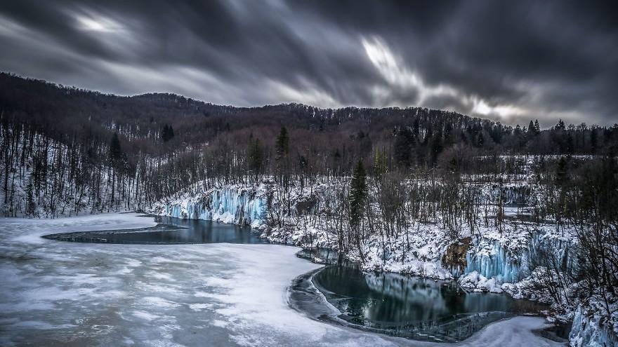 """(foto) Lumea înghețată a parcului """"Lacurile Plitvice"""" în 20 de imagini fascinante"""