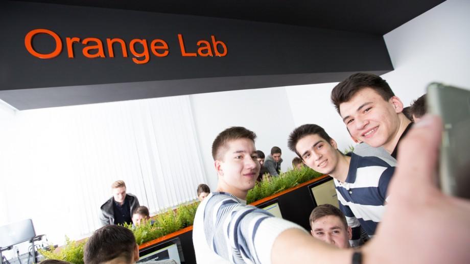 (foto, video) Orange Digital LAB, proiect inovativ pentru educaţia digitală a tinerilor