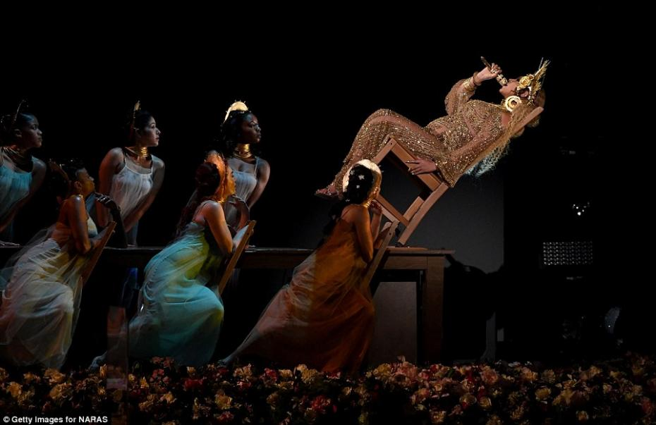 3D25721300000578-4218428-Falling_head_over_heels_The_Lemonade_singer_performed_a_daring_s-a-75_1486953126733