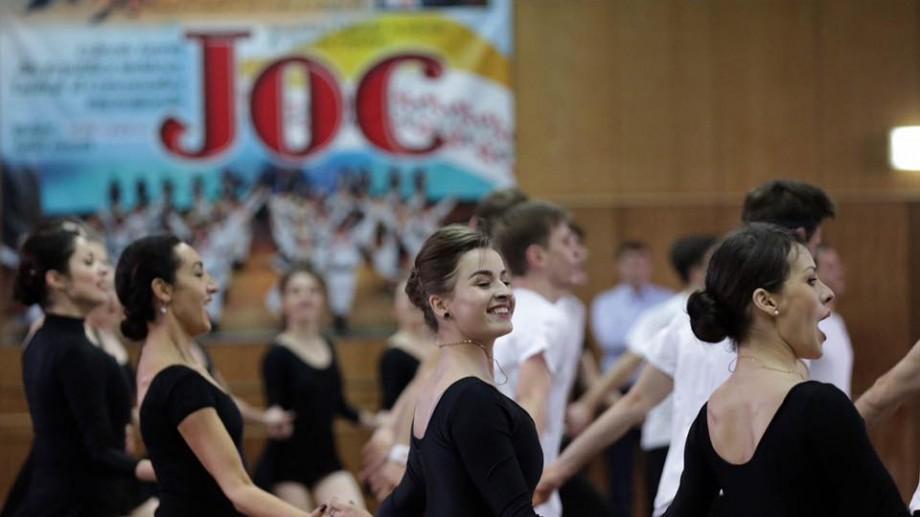 (foto) Igor Dodon a făcut o vizită celui mai longeviv colectiv de dansuri din Moldova – JOC. Iată ce le-a promis