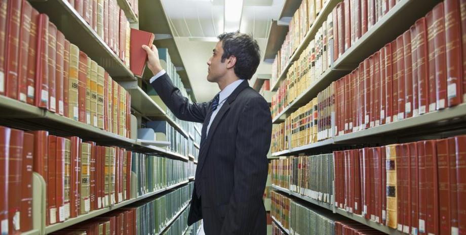 Studenții de la Drept pot câștiga o bursă în valoare de 500 de euro de la un birou de avocați