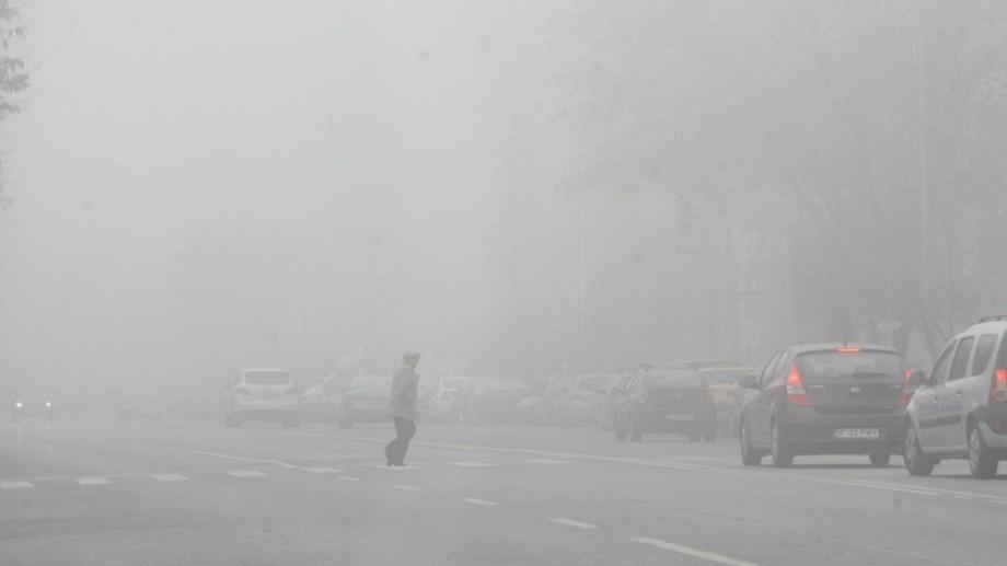Atenție, șoferi! Pe drumurile din țară se circulă în condiţii de ceaţă şi carosabil umed