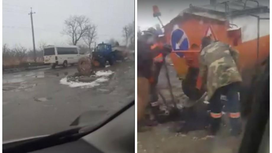 """(video) Chișinău: Drumarii """"cârpesc"""" drumurile din capitală pe timp de ploaie"""