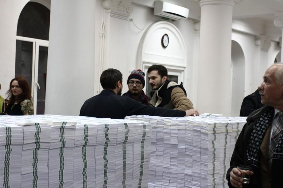 """(foto, video) Miliardul furat se găsește la bibliotecă. """"La Datorie"""" – expoziția de artă semnată de Ștefan Eșanu"""