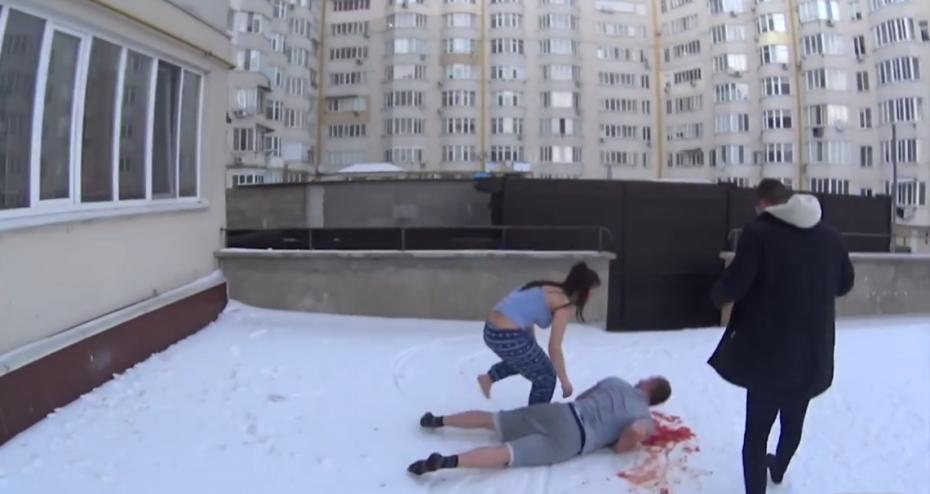 """(video) Un tânăr i-a făcut o farsă """"sângeroasă"""" iubitei sale de Ziua Îndrăgostiților. Cum a reacționat aceasta"""
