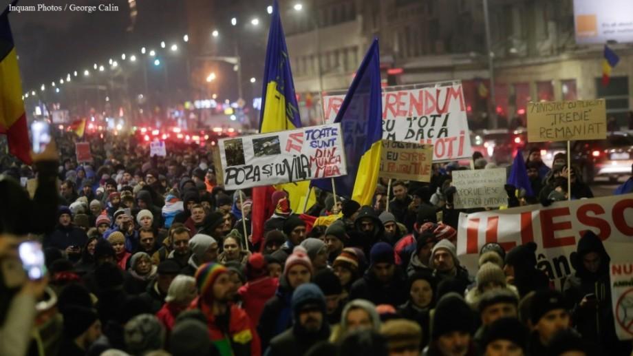 """(video) """"Noaptea, ca hoţii"""". Filmul complet al protestelor din România"""