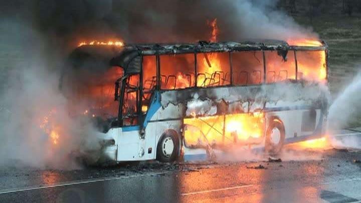 Autocarul de pe ruta Odesa – Chișinău, în flăcări pe strada Muncești. La fața locului este o autospecială
