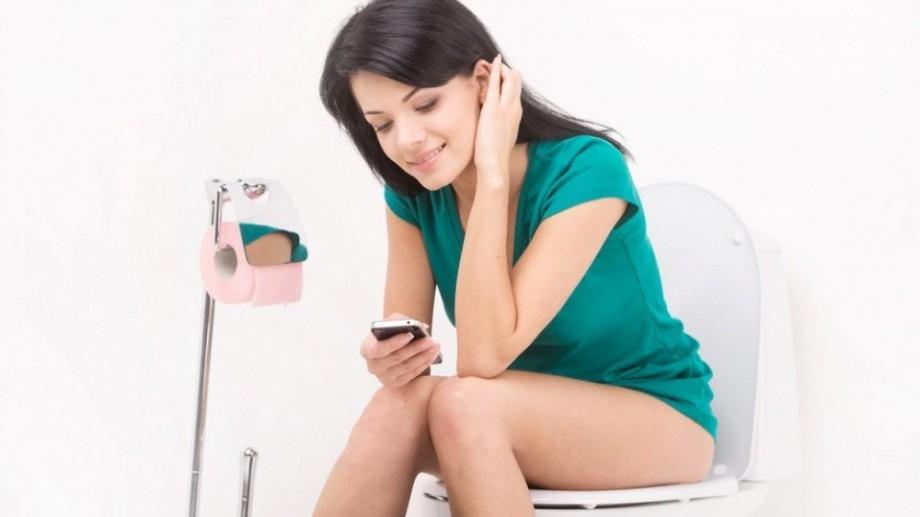 Studiu: 75% dintre oameni merg cu telefonul la toaletă, iar medicii le cer să nu mai facă asta