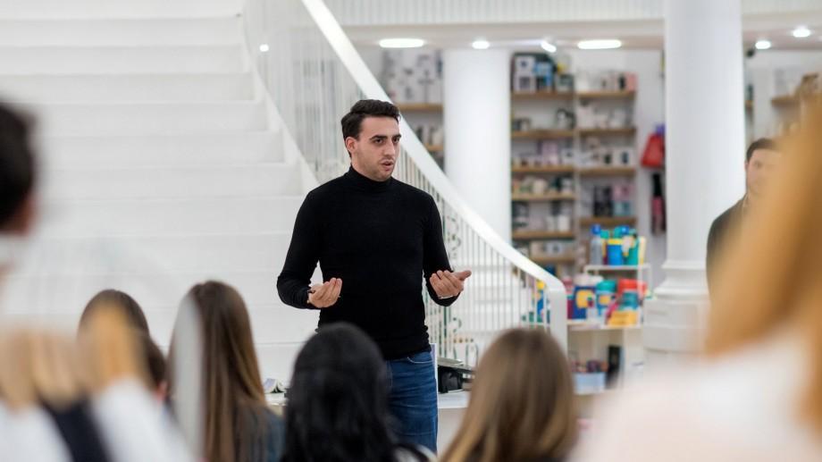 """(foto) Vitali Cipileaga a trecut Prutul! Tânărul și-a lansat romanul """"În umbra pașilor tăi"""" la București și Brașov"""