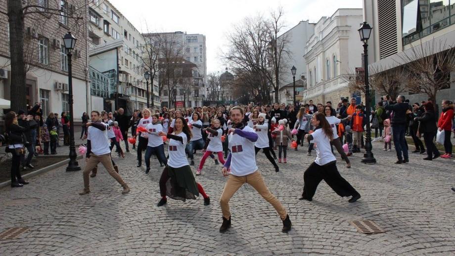 (foto) Aproximativ 200 de oameni au dansat astăzi în Chișinău împotriva violenței asupra femeilor