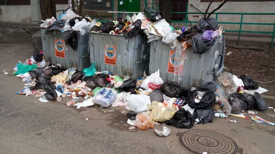 (foto) Criza gunoaielor din Chișinău: Tomberoanele sunt pline până la refuz