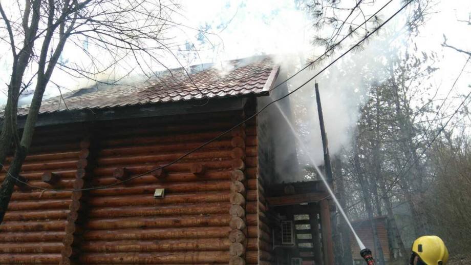 """(foto, video) Incendiu la baza de odihnă """"Sky Land"""" Camping & Resort. S-a aprins o căsuță de lemn"""
