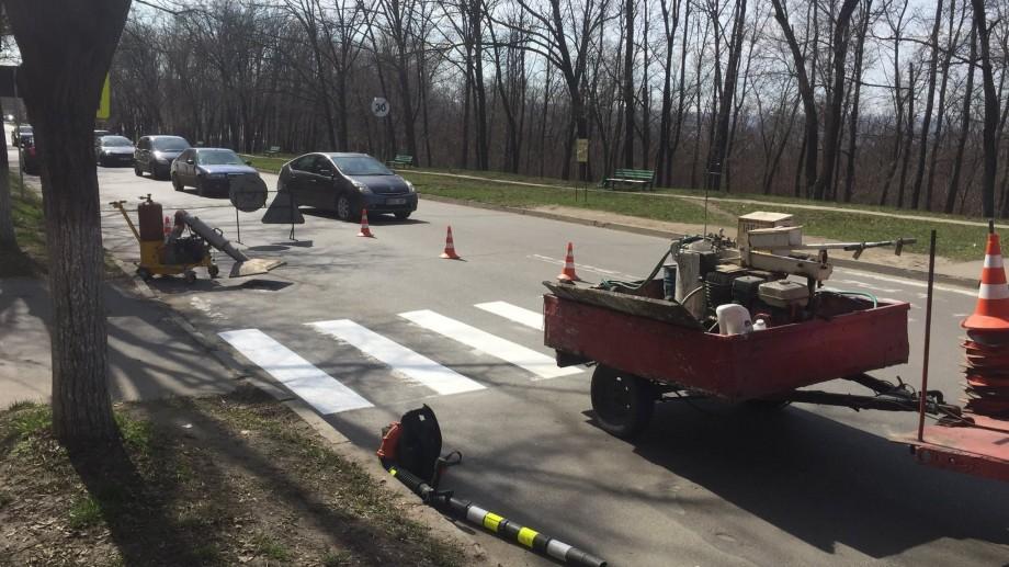 (foto) În Chișinău au început lucrările de marcare a trecerilor pietonale