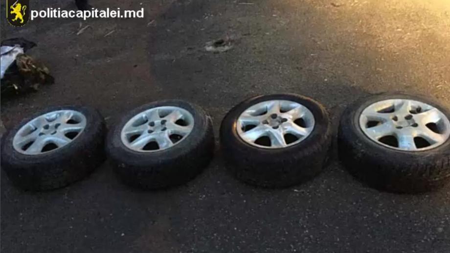 (foto) Doi tineri au fost reținuți după ce au furat roțile unui automobil din sectorul Rîșcani