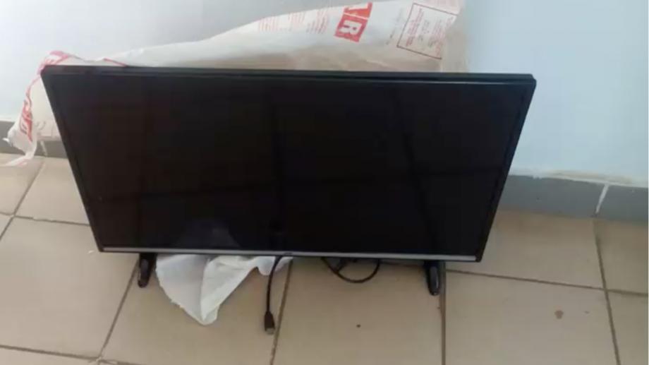 (video) Doi tineri au furat un televizor și se plimbau cu el în plină stradă