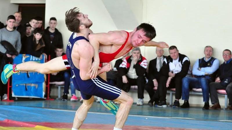 (foto) Emoții și procedee spectaculoase în prima zi a Campionatului Moldovei la Lupte, seniori