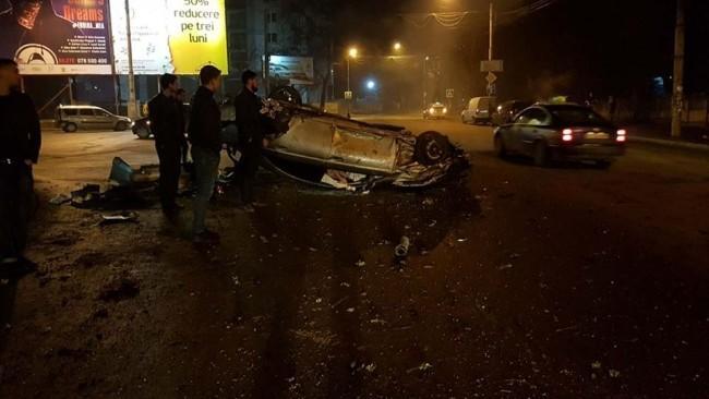 Grav accident pe șoseaua Hîncești. Un Mercedes, făcut zob după ce s-a inversat pe carosabil