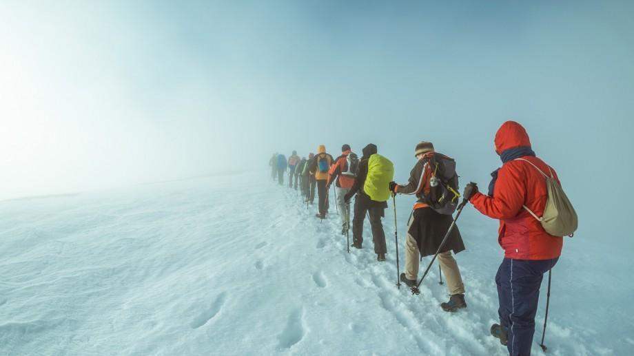 (foto) Hiking la munte în luna martie: Cum e să parcurgi 15 km în urcare și coborâre pe vârful Păpușa din munții Iezer