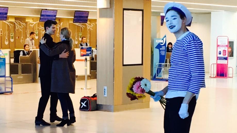 (foto) 8 martie: Cu flori și dans, astfel au fost întâmpinate femeile pe Aeroportul din Chișinău