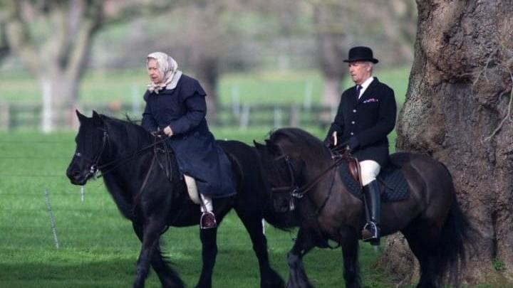 Regina Elisabeta a II-a a Marii Britanii a fost fotografiată călare în ajunul împlinirii a 91 de ani