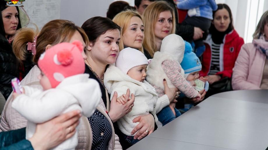 (foto) Programul Șor: Încă 32 de familii tinere din Orhei și-au ridicat premiul pentru noul locuitor al orașului