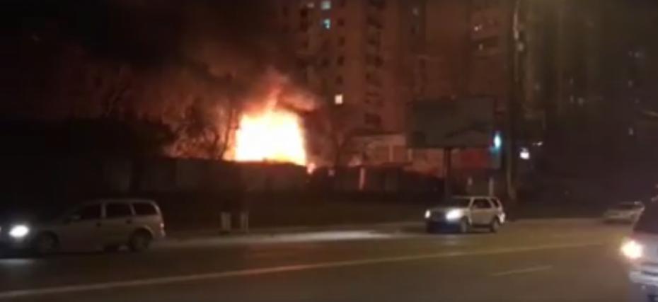 (video) Incendiu pe strada Alba Iulia din Capitală