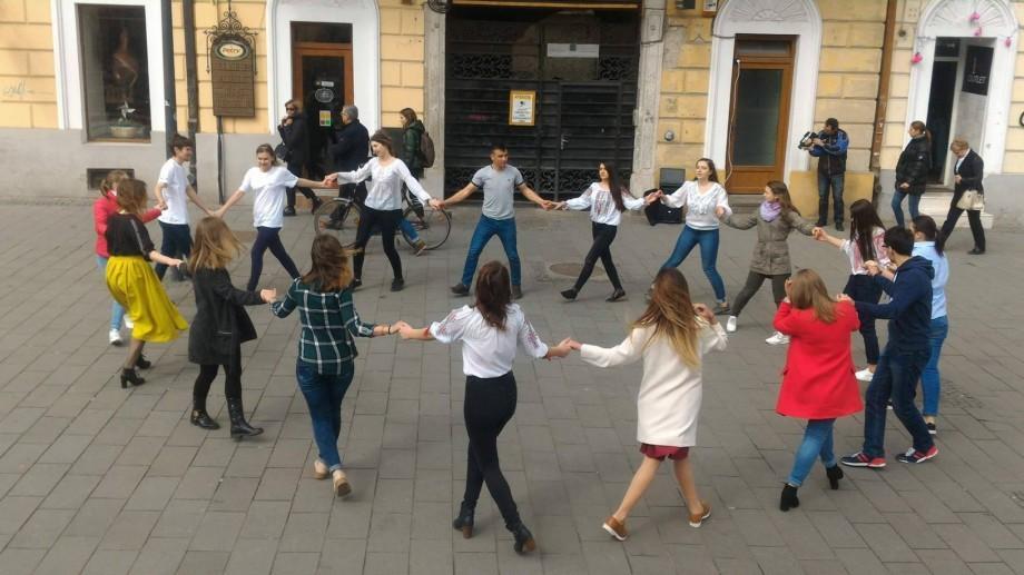 Studenții basarabeni au marcat Ziua Unirii printr-o horă în centrul Clujului