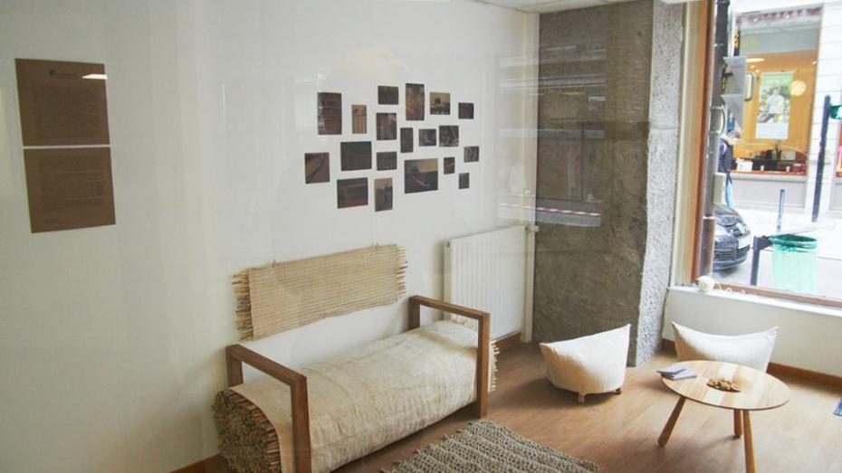 (foto) Doi designeri moldoveni și-au expus în Franța mobilierul modern, inspirat din gospodăria buneilor noștri