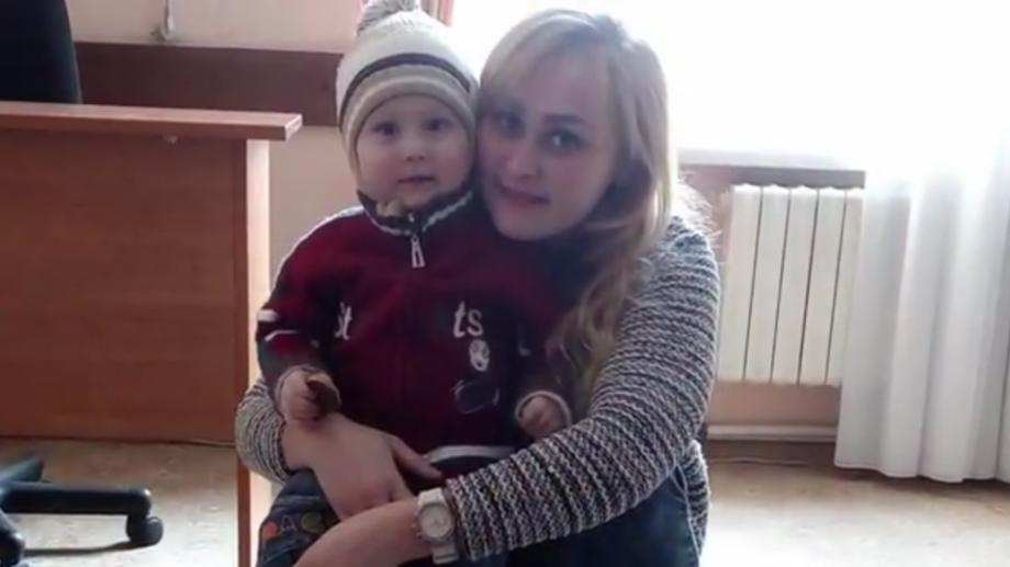 (video) O mamă minoră are nevoie de 8.000 de euro pentru a fi alături de fiul său