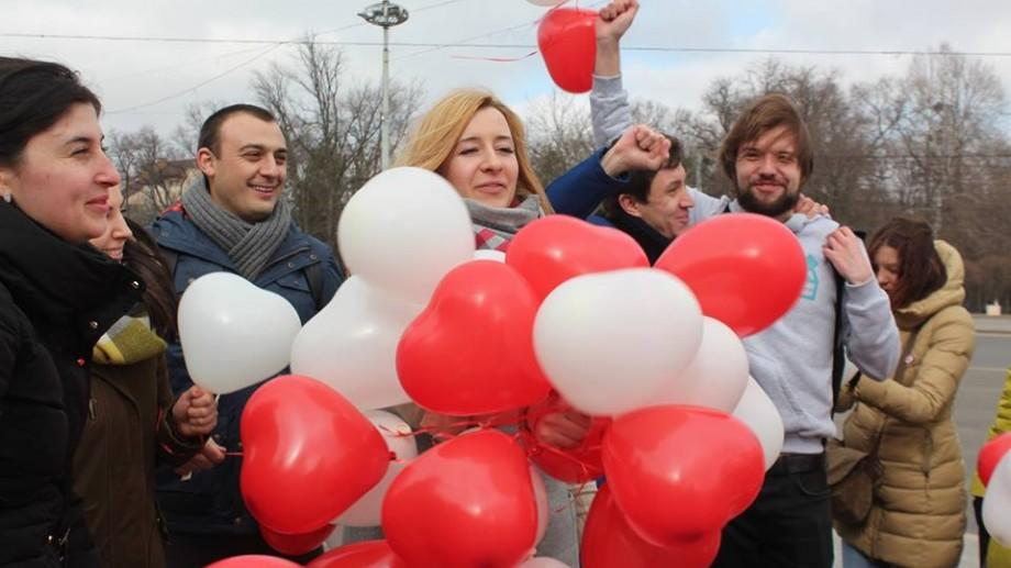 """(foto) Tinerii au împărțit simbolul primăverii în cadrul flashmobului  """"Zero discrimination Day"""""""
