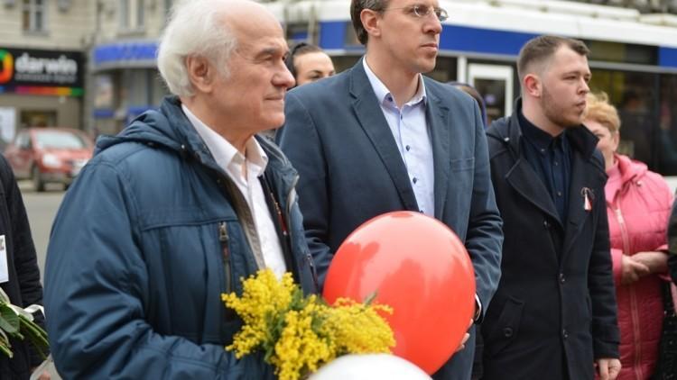 (foto) Dorin Chirtoacă i-a oferit 80 de mărțișoare maestrului Eugen Doga