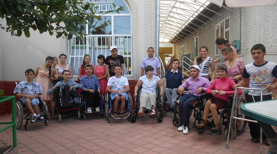 Visul de la Haga: Gheorghiță, un tânăr în scaun cu rotile din Călărași, a ajuns ofițer de presă la Parlamentul European