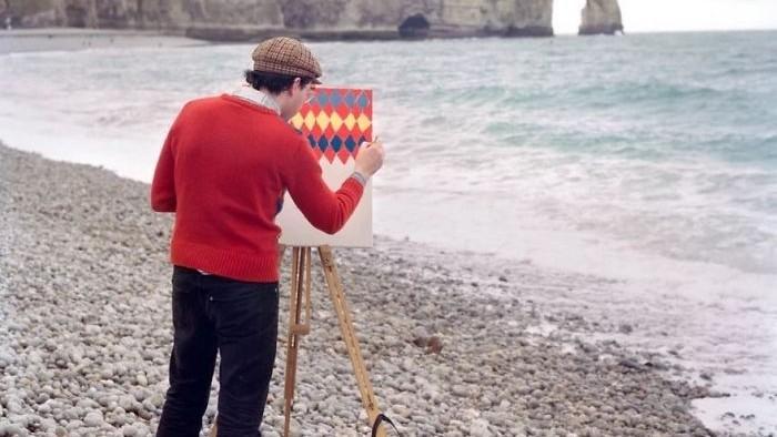 (foto) Un artist călătorește în locuri uimitoare din lume doar pentru a-și picta cămășile