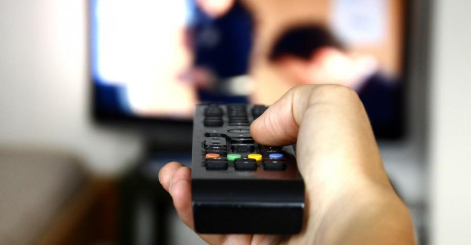 Tot mai puțini moldoveni privesc televizorul. Piața serviciilor TV contra plată este într-o continuă scădere