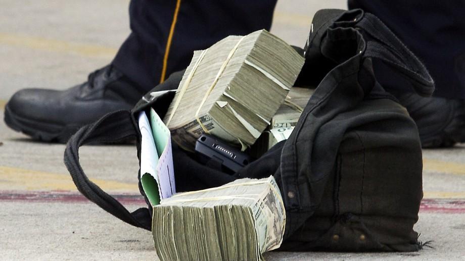 Un tânăr și-a determinat iubita să ia un credit bancar, iar ulterior a jefuit-o
