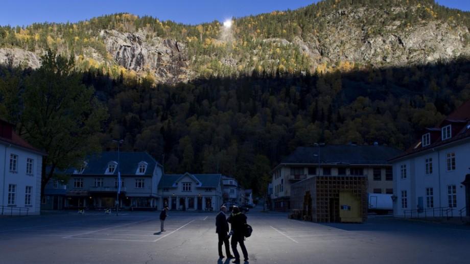 (video) Locuitorii unui oraș ce stă jumătate de an în umbră au găsit o soluție pentru a se bucura de soare