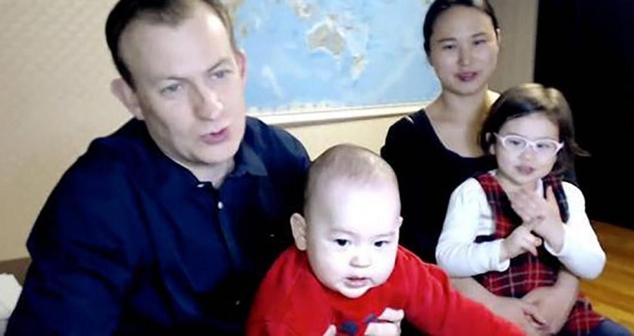 (video) Profesorul care a fost întrerupt de copiii săi în transmisiune directă la BBC şi-a prezentat familia