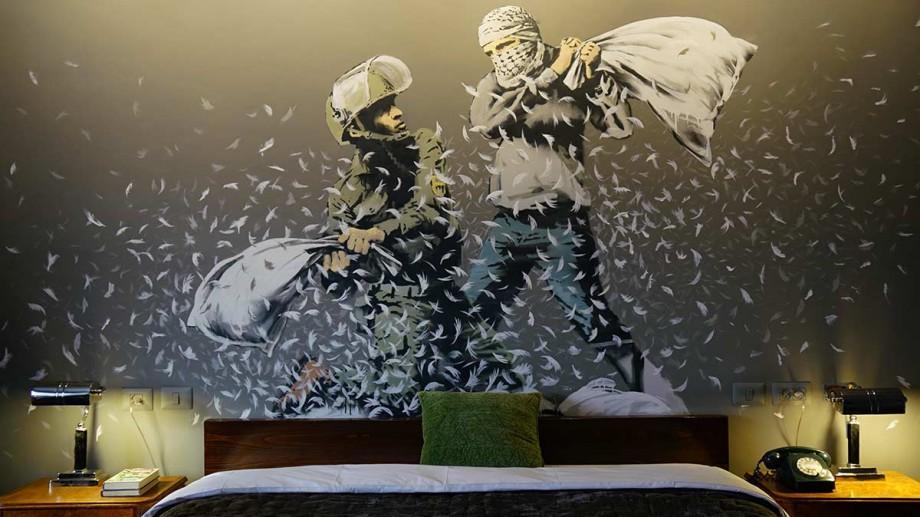 (foto, video) Misteriosul artist Banksy și-a deschis un hotel la poalele zidului din Cisiordania