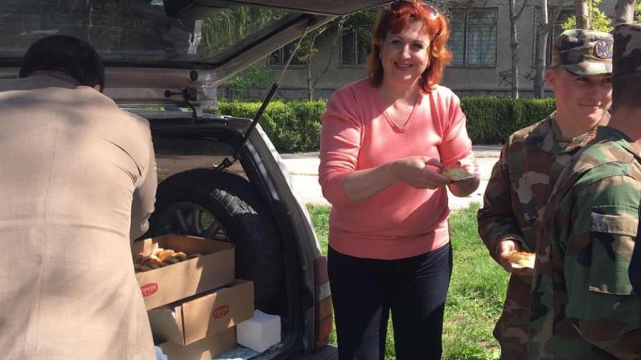 (video) O locuitoare a Capitalei le aduce ceai și plăcinte muncitorilor care curăță orașul