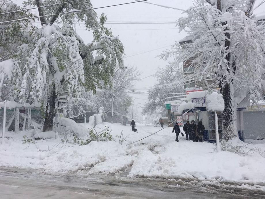 Moldova sub zăpadă! Armata Naţională intervine  în zonele afectate de ninsori