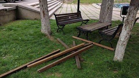 (foto) Încă un act de vandalism din această noapte. Băncile din scuarul Teatrului Cehov au fost distruse