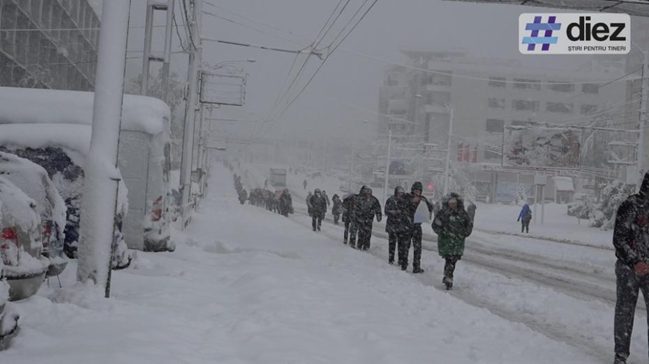 (foto, video) În lipsa transportului public, oamenii din Chișinău se deplasează pe jos în primele ore ale dimineții
