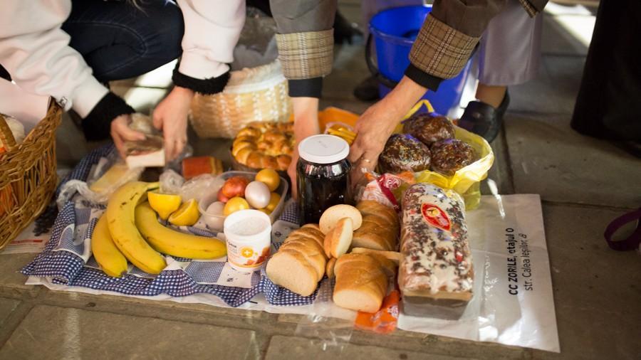 (foto) Ce lucruri tradiționale și mai puțin tradiționale au sfințit oamenii în noaptea de Paști