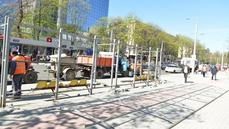 """(foto) Cum se desfășoară lucrările de instalare a unei noi stații de așteptare în fața magazinului """"Unic"""""""