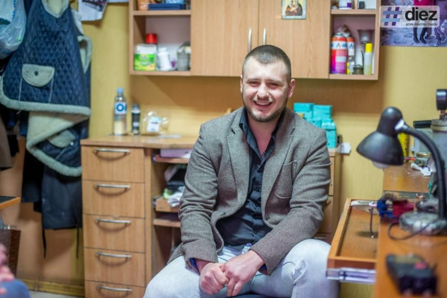 """(foto, video) În atelierul lui Maxim Prepeliță, tânărul giuvaergiu din Orhei care cântă operă pe """"note de aur"""""""